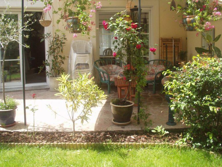 Sous la tonnelle côté jardin